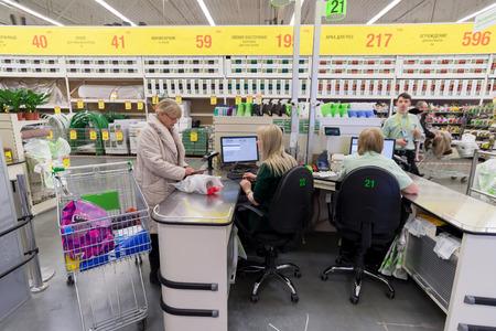 mago merlin: Mosc�, Rusia - 15 de febrero: La gente paga por los bienes en la caja en Leroy Merlin