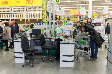 mago merlin: Moscú, Rusia - 14 de marzo: La gente paga por los bienes en la caja en Leroy Merlin