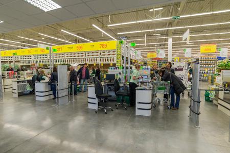 mago merlin: Mosc�, Rusia - 14 de marzo: La gente paga por los bienes en la caja en Leroy Merlin