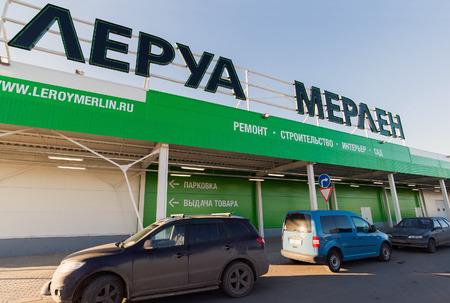 mago merlin: SAMARA, Rusia - 14 de marzo 2015, la construcci�n de una nueva tienda Leroy Merlin. Leroy Merlin es un minorista de mejoramiento del hogar y jardiner�a franc�s que sirve trece pa�ses