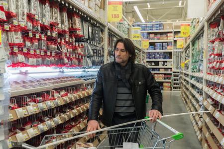 mago merlin: Moscú, Rusia - 03 de marzo de 2015. Un hombre hace una compra de Leroy Merlin tienda. Leroy Merlin es un minorista de mejoramiento del hogar y jardinería francés que sirve trece países Editorial