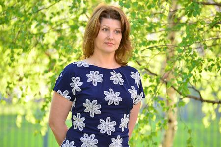 mujer elegante: elegante mujer adulta en la naturaleza en el verano
