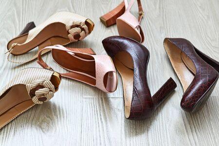femme noire nue: A Beautiful chaussures de femme sur le plancher