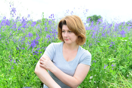 An adult woman with neurodermatitis on the Meadow