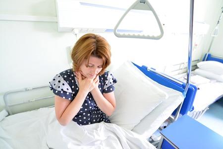 angor: Paciente femenino con angina de pecho en una cama en sala de hospital