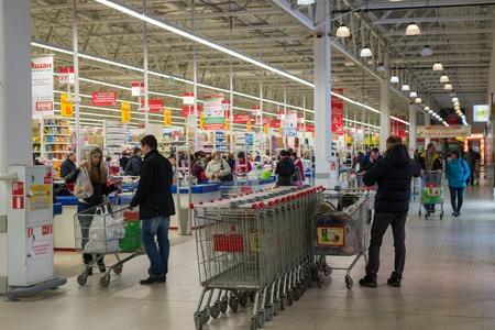 hypermarket: MOSCOW, RUSSIA - 13.07.2015. Shoppers in a supermarket Auchan in Zelenograd