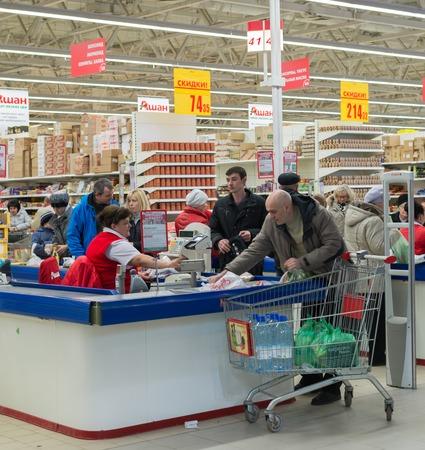 supermercado: Moscú, Rusia - 07132015. Los compradores en un supermercado Auchan en Zelenograd