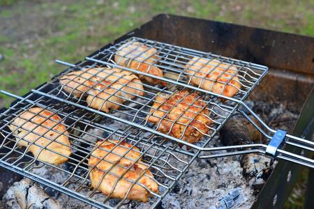 pollo rostizado: Barbacoa de pollo sobre un fuego abierto en el verano Foto de archivo