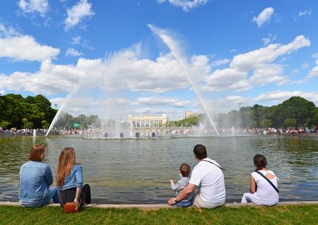 persone relax: MOSCA, RUSSIA - 20150626. Gorky Park -Central Parco della Cultura e Riposo. Persone a rilassarsi accanto alla fontana