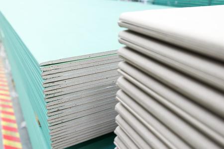 La pile de plaques de plâtre préparation pour la construction Banque d'images - 45045333