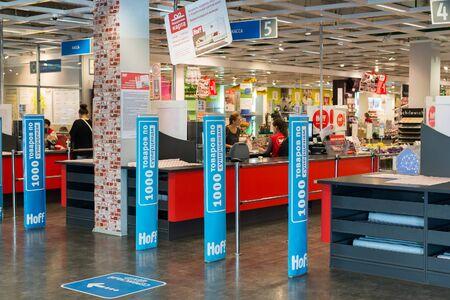 to cash: Moscú, Rusia - 09242015. El interior de la tienda de Hoff - uno de los más grande red de la madera de Rusia. Entrada y efectivo escritorio