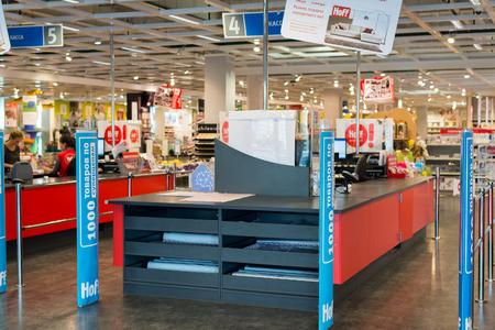 efectivo: Moscú, Rusia - 09242015. El interior de la tienda de Hoff - uno de los más grande red de la madera de Rusia. Entrada y efectivo escritorio