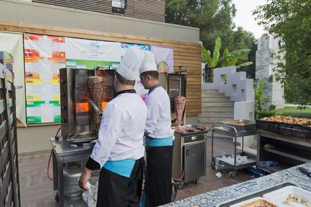 keuken restaurant: ISTANBUL TURKEY SEPT 28 2014  Chef in restaurant kitchen prepares meat on the fire