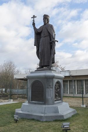 vladimir: VLADIMIR, RUSSIA -05.11.2015. The monument Duke Vladimir, founder of the city. golden tourist ring