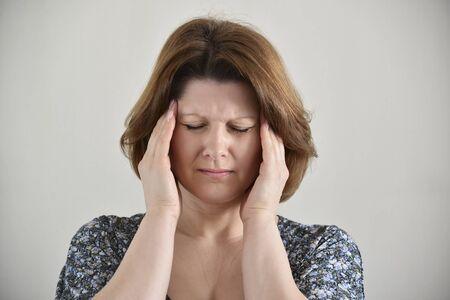 depresión: Mujer con las manos en la cabeza, depresión, dolor, migraña