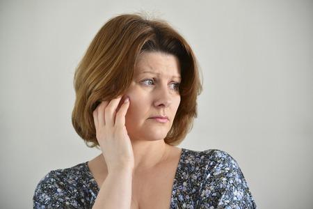Portret van volwassen trieste vrouw op een lichte achtergrond Stockfoto - 51540368