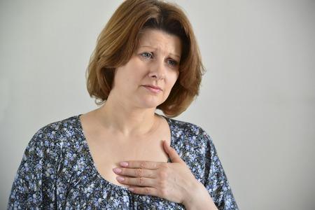 angina: Mujer con dolor en el pecho, angina de pecho