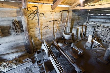 campesino: Suzdal, Rusia - 06 de noviembre de 2015. El interior de las casas campesinas en el Museo de Arquitectura de Madera