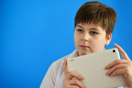 teeny: Portrait of teenage boy with tablet computer in hands