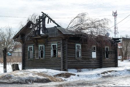 quemado: Un quem� una casa de troncos de madera, Rusia