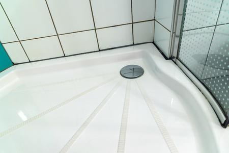 cabine de douche: Cabine de douche dans la salle de bains près des pousses Banque d'images