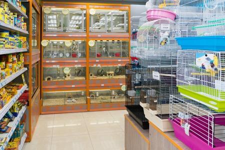 Moskou, Rusland - 16 april 2016. Binnenland van Vier poten dierenwinkel