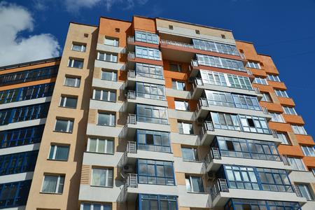 Een gevel van een modern appartementencomplex