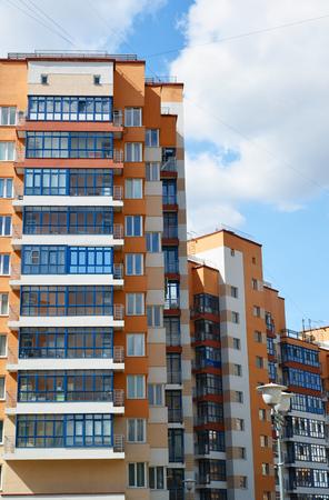 Una fachada de un moderno edificio de apartamentos Foto de archivo
