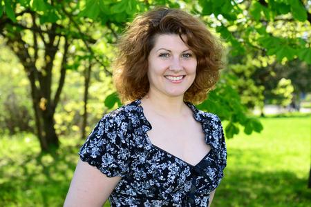 夏の公園で美しい陽気な女性の肖像画 写真素材 - 56764544