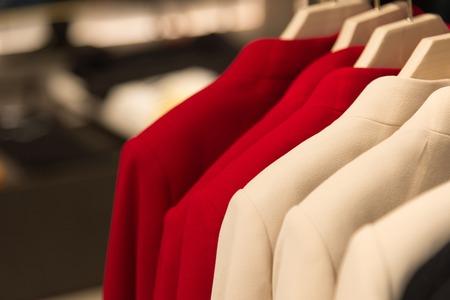 manteau en cachemire femme sur un cintre dans le magasin