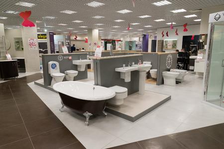 Khimki, Rusland - september 03.2016. de verkoop van baden en andere sanitair in de grootste meubelzaak Grote Redactioneel