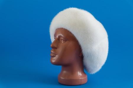 visone: berretto bianco da visone naturale su un manichino Archivio Fotografico