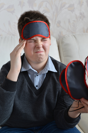 accosting: A teenager with a headache in the mask for sleep