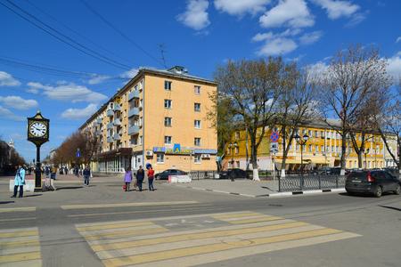 Tver, Rusia - puede. 07.2017. Cruzando las calles de Trekhsvyatskaya y Radishcheva Editorial