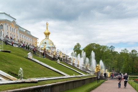 palacio ruso: Peterhof, Russia - June 03.2017. Large Cascade fountain in front of a large palace Editorial
