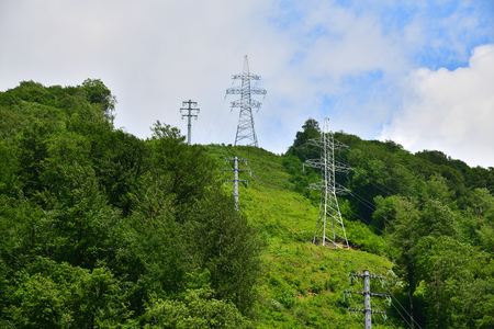support of high-voltage transmission lines in the mountains Stockfoto