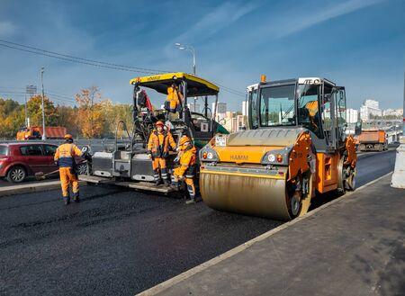 Moscú, Rusia-9 de octubre de 2018. Reparación de pavimento de asfalto con pavimentadora de asfalto