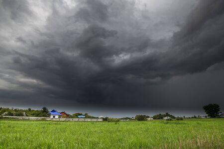 Le paysage de campagne d'été avec un nuage d'orage