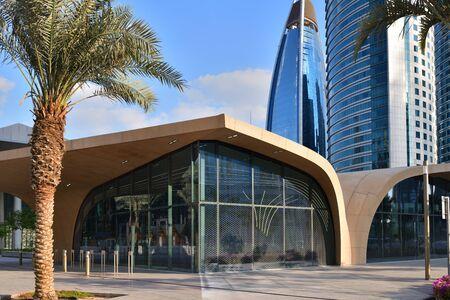 Eine DECC-U-Bahn-Station im Freien in Doha, Katar
