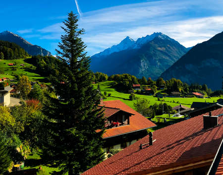 Sunny day with blue sky in the mountains of Switzerland with magnificent views of the snowy Alps and Lauterbrunnen. Stockfoto