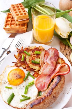 hash browns: huevos cl�sicos, croquetas de patata y bacon Foto de archivo