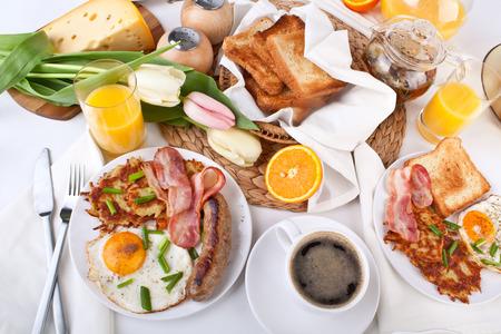 半熟卵、ベーコン、sasauge、ハッシュブラウン、トーストの伝統的な大型アメリカン ・ ブレックファースト 写真素材