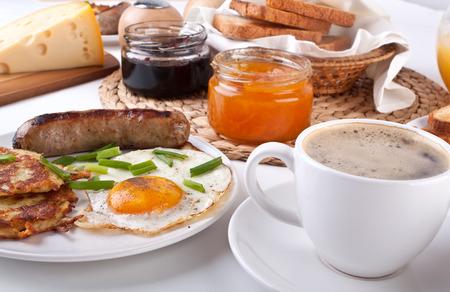 papas doradas: desayuno, huevos, tocino, caf� y hash browns americanas tradicionales