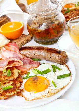 papas doradas: huevos cl�sicos, croquetas de patata y bacon Foto de archivo