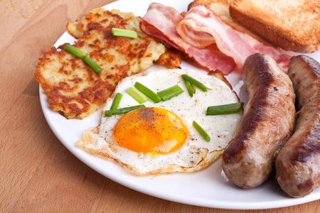 hash browns: uova classiche, patate fritte e bacon colazione