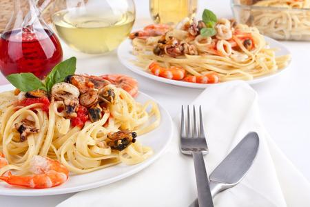 Portionen Pasta Linguine mit köstlichen Marinara-Soße und Meeresfrüchte Standard-Bild - 31591916
