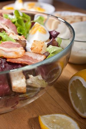 ensalada cesar: plato de ensalada César con tocino y huevos Foto de archivo