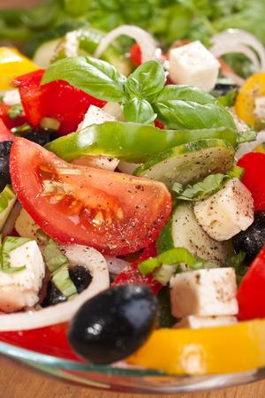Schließen Sie herauf gesunden griechischen Salat mit Zutaten Standard-Bild - 31593310