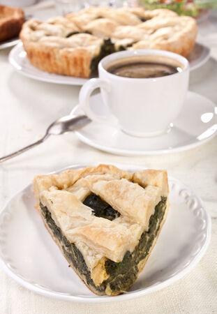 Kaffee und Stück Käse und Spinat-Torte auf weißem Teller Standard-Bild - 31593358