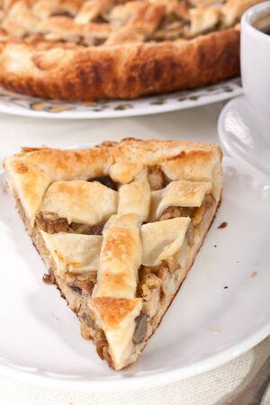 Stück Pilz-Pie close up und Kaffee Standard-Bild - 31593361